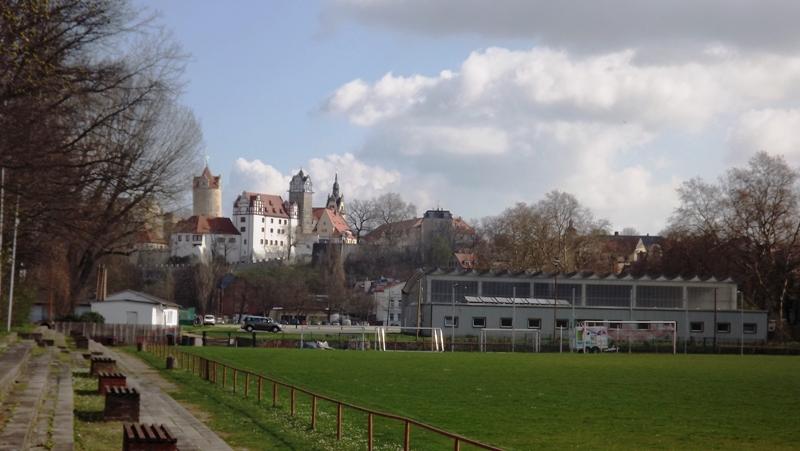 Großfeld mit Sanitärtrakt im Hintergrund